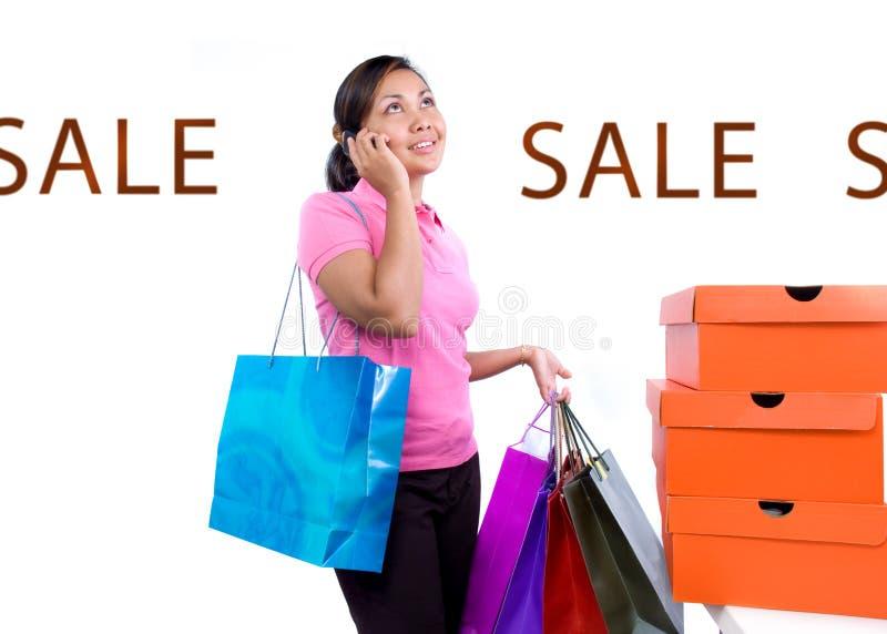 Vrouwen bij het winkelen verkoop royalty-vrije stock afbeeldingen