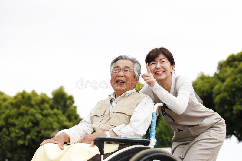Vrouwen bijgestane rolstoel royalty-vrije stock foto
