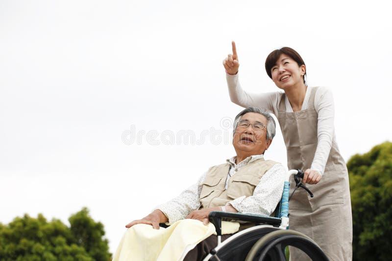 Vrouwen bijgestane rolstoel stock fotografie