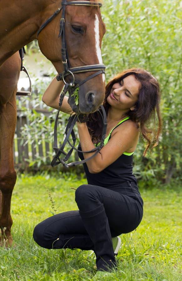 Vrouwen caresing paard royalty-vrije stock foto's