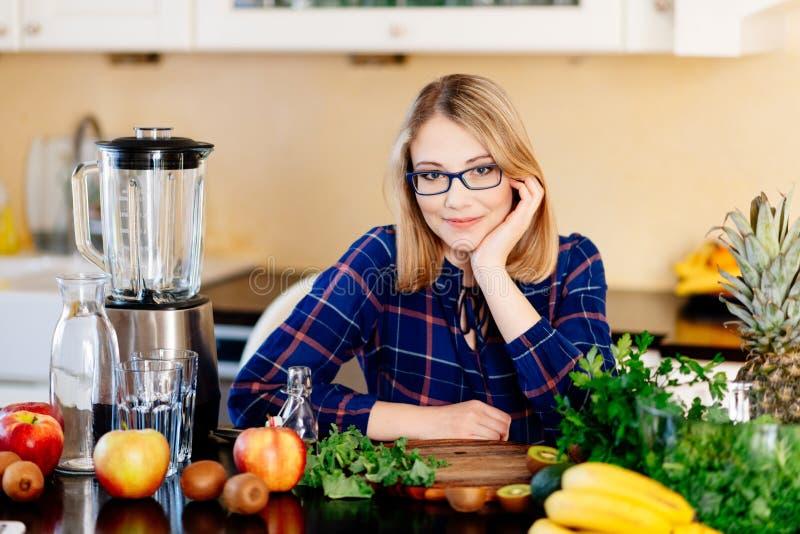 Vrouwen culinaire blogger in de keuken royalty-vrije stock afbeeldingen