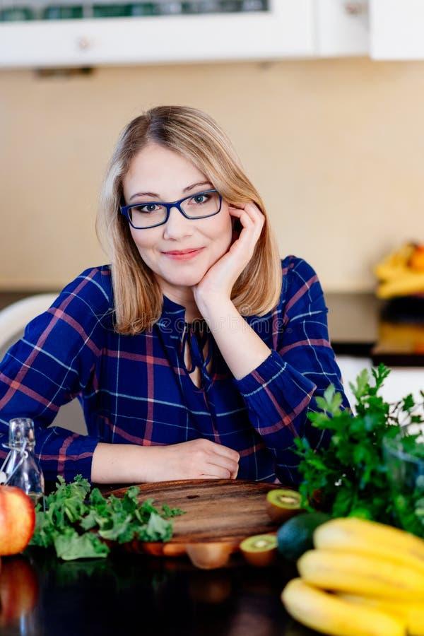 Vrouwen culinaire blogger in de keuken royalty-vrije stock afbeelding