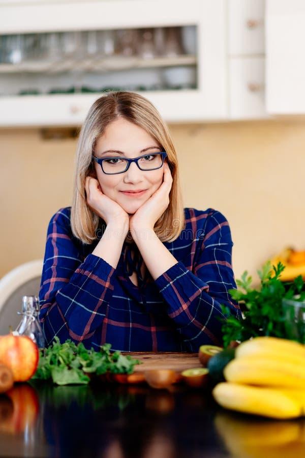 Vrouwen culinaire blogger in de keuken stock foto's