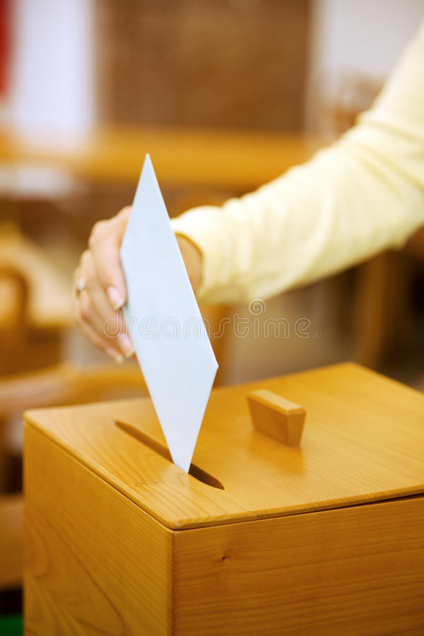 Vrouwen in de verkiezing met stemmingen en stembus royalty-vrije stock afbeelding