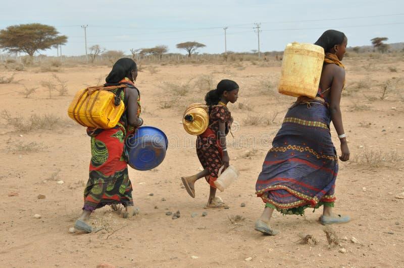 Vrouwen in de Woestijn van Oost-Afrika stock afbeeldingen
