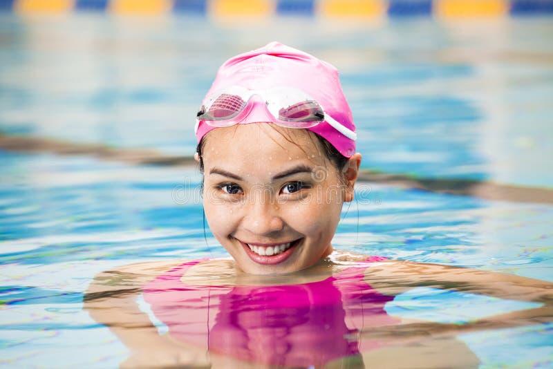 vrouwen dicht omhooggaand portret in zwembad royalty-vrije stock foto