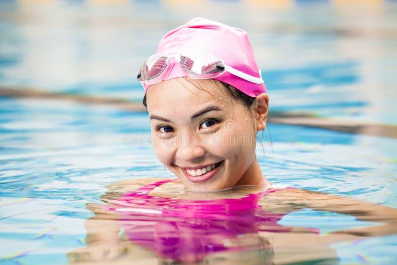 Download Vrouwen Dicht Omhooggaand Portret In Zwembad Stock Afbeelding - Afbeelding bestaande uit persoon, lichaam: 54091969