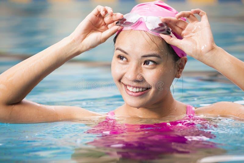 vrouwen dicht omhooggaand portret in zwembad stock afbeelding