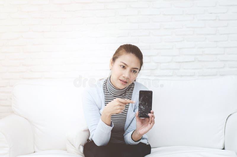Vrouwen die aan communicatiemiddelen richten royalty-vrije stock fotografie