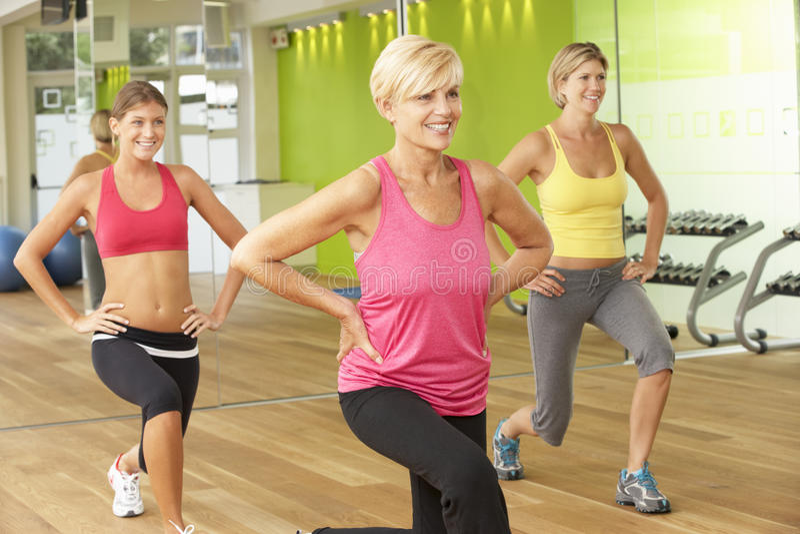 Vrouwen die aan de Klasse van de Gymnastiekgeschiktheid deelnemen stock afbeeldingen