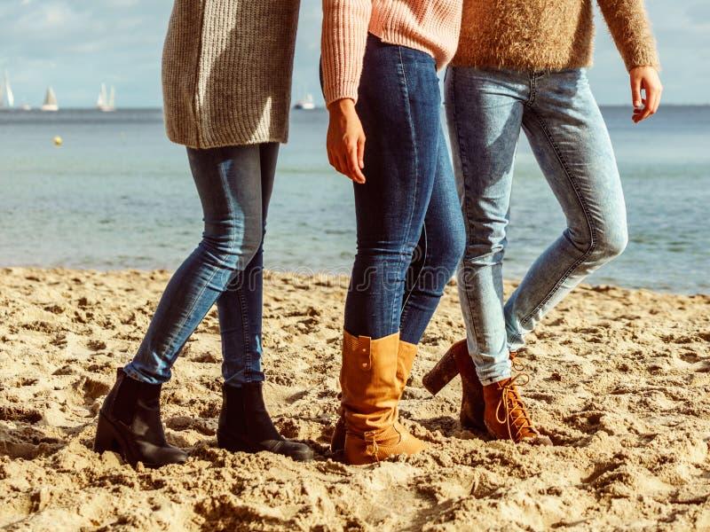Vrouwen die autumschoenen op strand dragen stock afbeelding