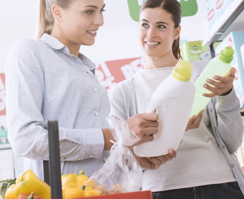 Vrouwen die bij de supermarkt winkelen stock fotografie