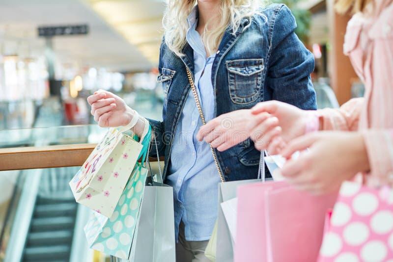 Vrouwen die bij kleinhandel winkelen stock foto's