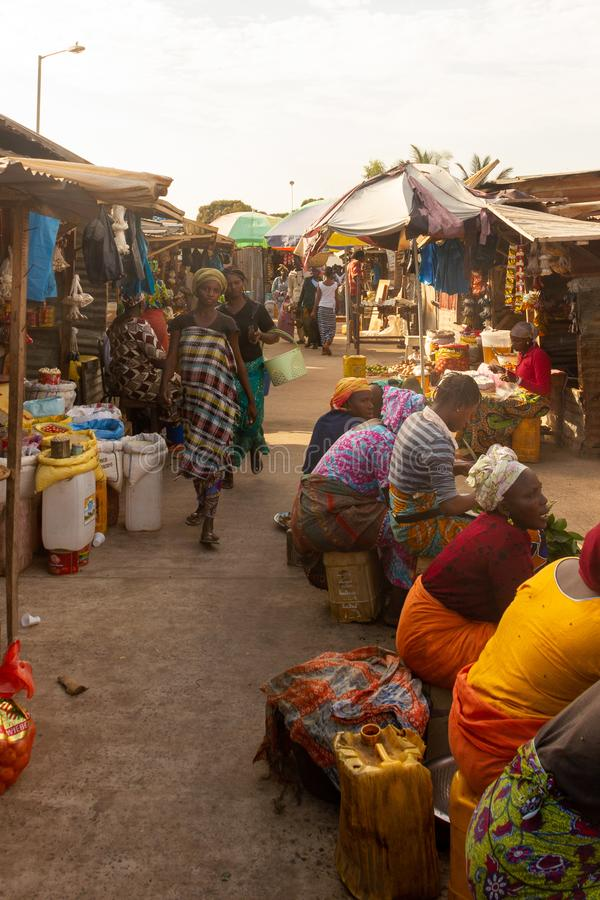 Vrouwen die bij Serekunda-markt winkelen royalty-vrije stock afbeeldingen