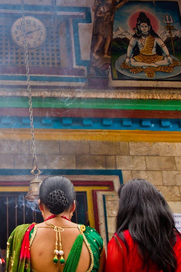 Vrouwen die bij Teej-festival, Durbar-Vierkant, Katmandu, Nepal bidden stock foto's