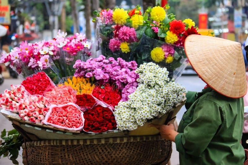 Vrouwen die bloemen op de straten verkopen royalty-vrije stock afbeeldingen