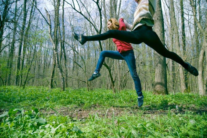 Vrouwen die in bos springen royalty-vrije stock afbeeldingen