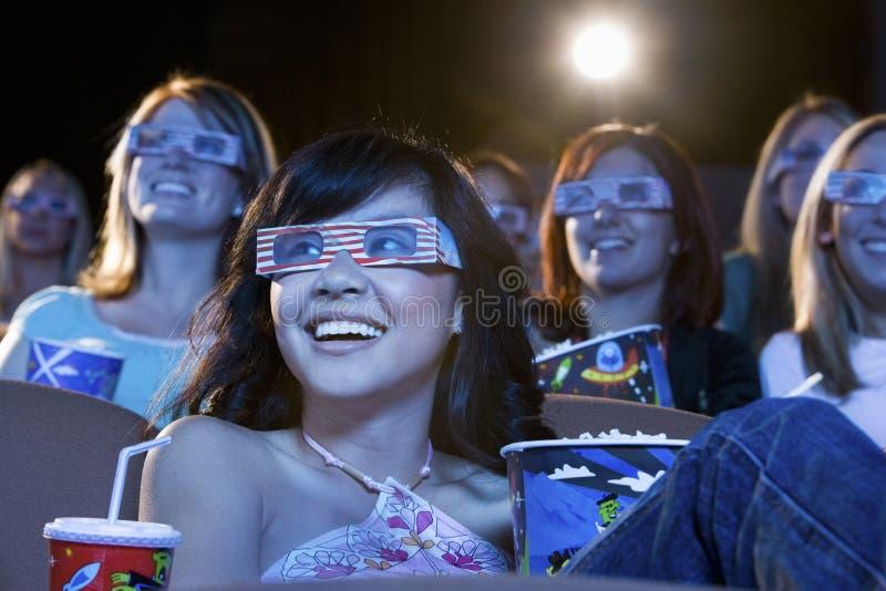 Vrouwen die 3-D Glazen in het Theater dragen stock afbeelding