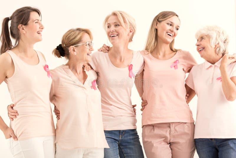 Vrouwen die de preventie van borstkanker bevorderen royalty-vrije stock afbeeldingen