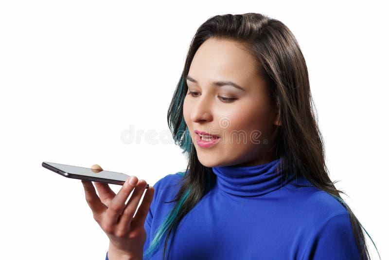 Vrouwen die die de spraakherkenningfunctie, smartphones, Technologie gebruiken op wit wordt geïsoleerd royalty-vrije stock foto