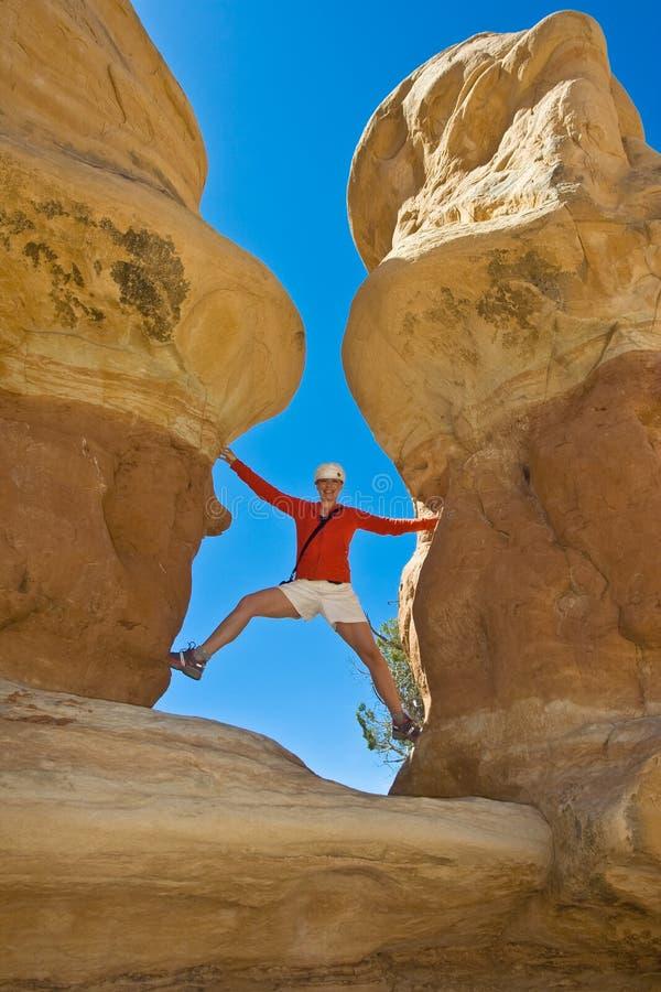 Vrouwen die de woestijn onderzoeken stock fotografie