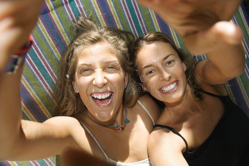 Vrouwen die dwaas in hangmat zijn. royalty-vrije stock afbeeldingen