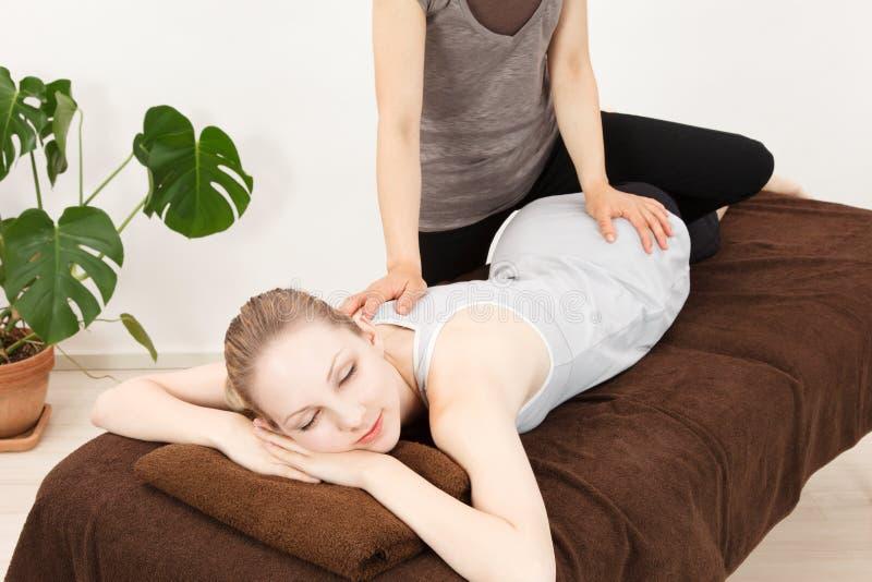 Vrouwen die een massage ondergaan royalty-vrije stock afbeeldingen
