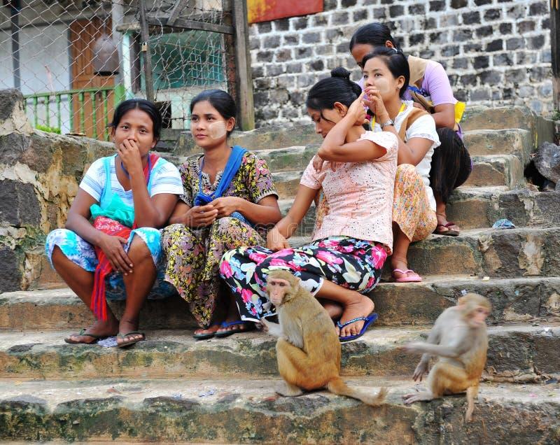 Vrouwen die en op straat in Bagan, Myanmar zitten ontspannen stock fotografie
