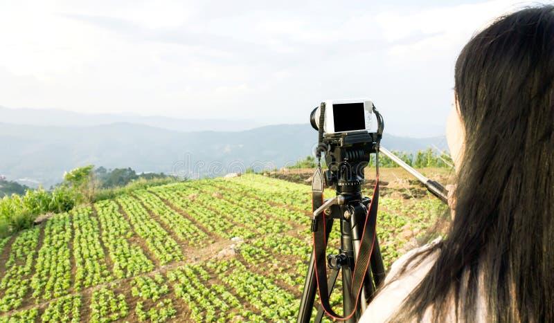Vrouwen die foto of video van landschapshemel en bergnatu schieten stock afbeeldingen