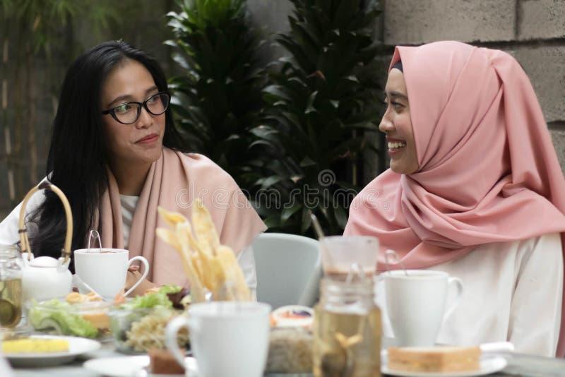 Vrouwen die gesprek in midden van lunch hebben stock foto's