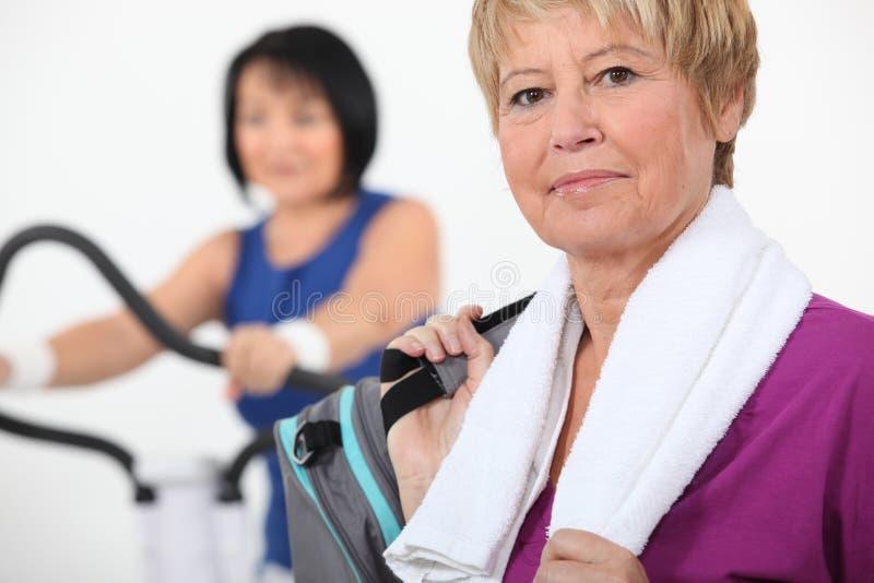 Vrouwen die gymnastiekapparatuur met behulp van stock afbeeldingen