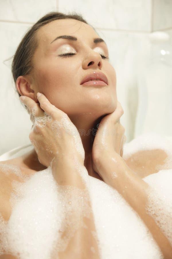Vrouwen die in haar bad ontspannen royalty-vrije stock foto's