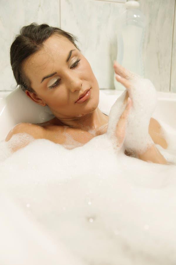 Vrouwen die in haar bad ontspannen royalty-vrije stock afbeeldingen