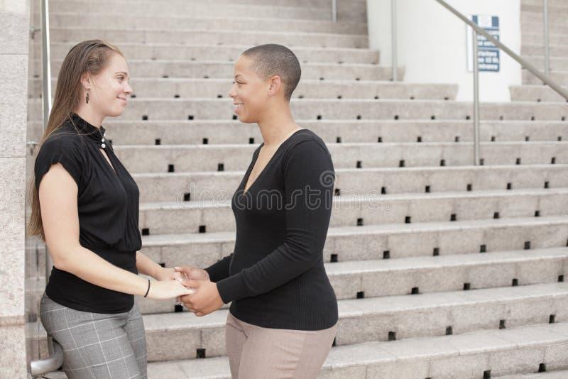 Vrouwen die handen houden royalty-vrije stock foto's