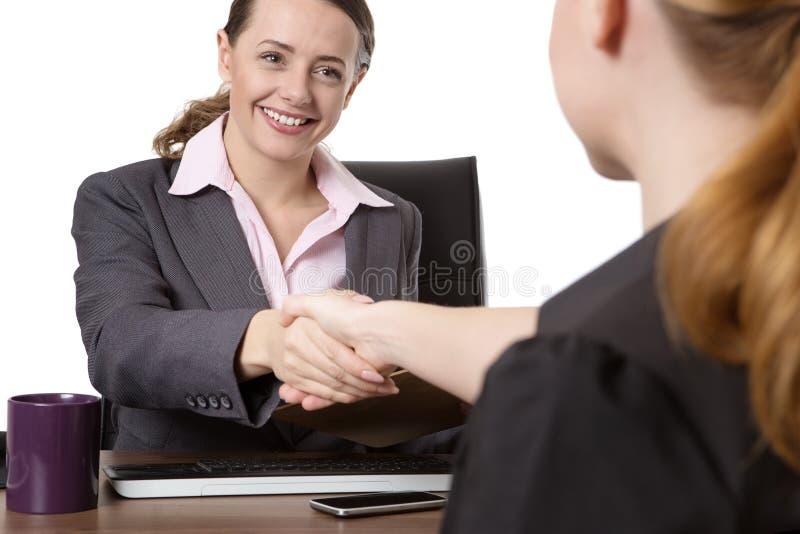 Vrouwen die handen schudden stock foto