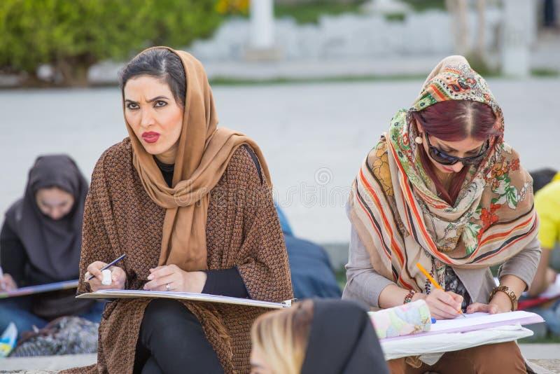 Vrouwen die in het Vierkant van naqsh-E Jahan in Isphahan, Iran schilderen stock afbeeldingen