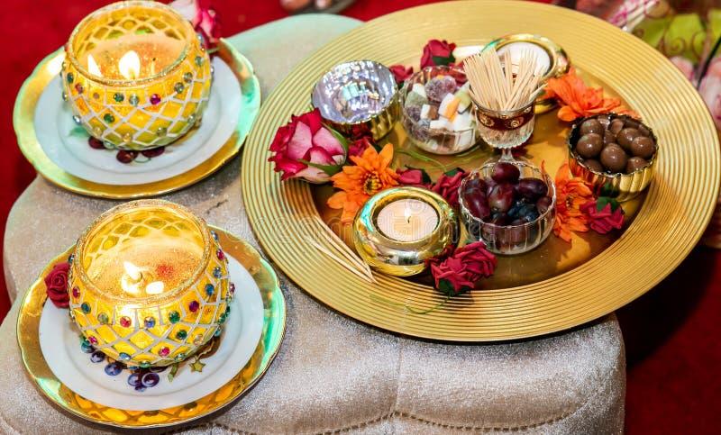 Vrouwen die kaarsen voor het huwelijk van de mendhihenna houden royalty-vrije stock fotografie