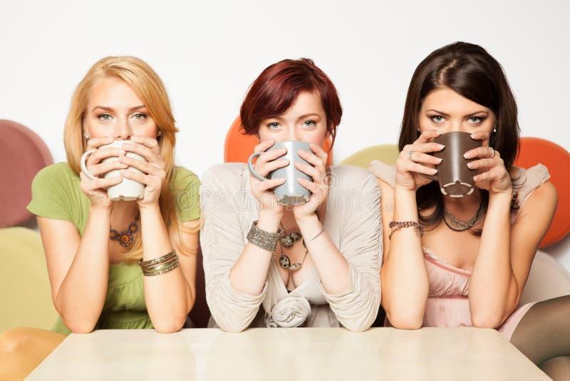 Vrouwen die koffie drinken royalty-vrije stock foto's