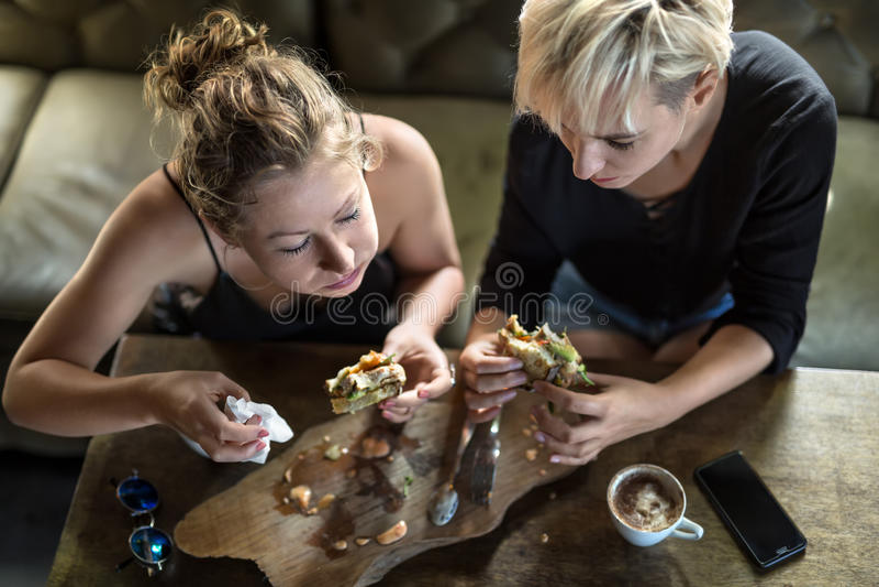 Vrouwen die in koffie eten stock afbeelding