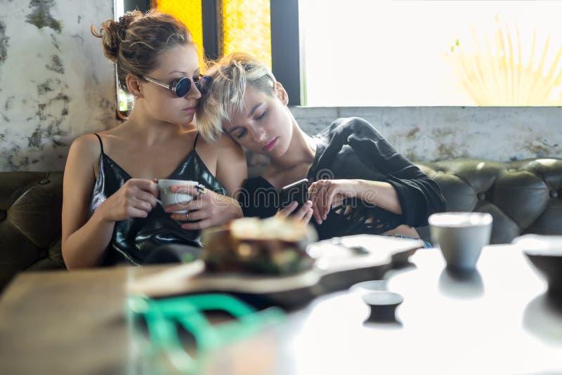 Vrouwen die in koffie ontspannen royalty-vrije stock afbeeldingen