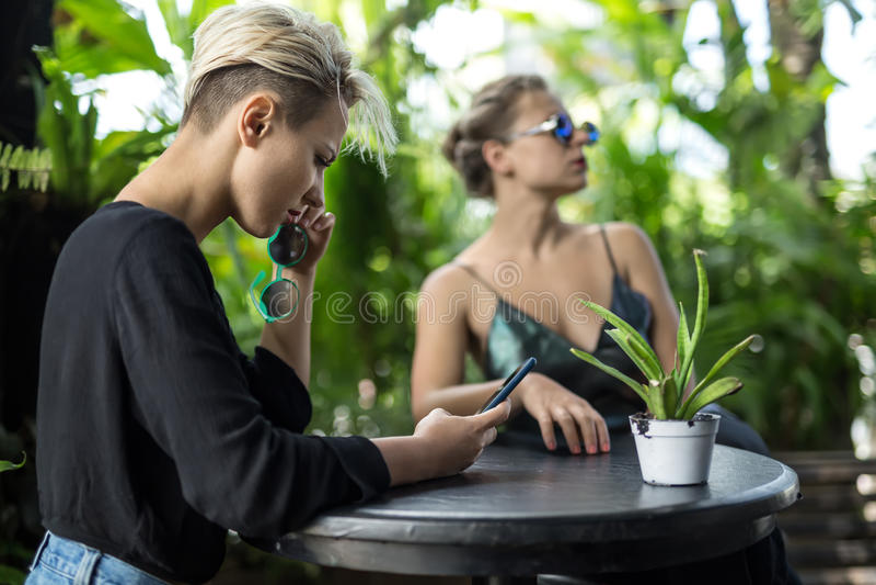 Vrouwen die in koffie rusten royalty-vrije stock fotografie