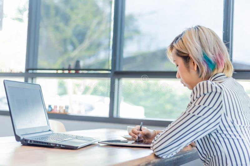 Vrouwen die met computer voor ontwerp en het coderen programma werken royalty-vrije stock foto's