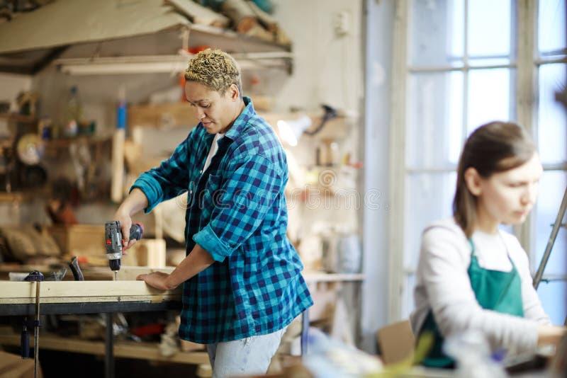 Vrouwen die met hout werken stock afbeelding