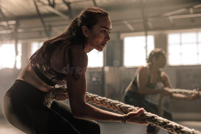 Vrouwen die met kabel bij een gymnastiek uitoefenen stock afbeeldingen
