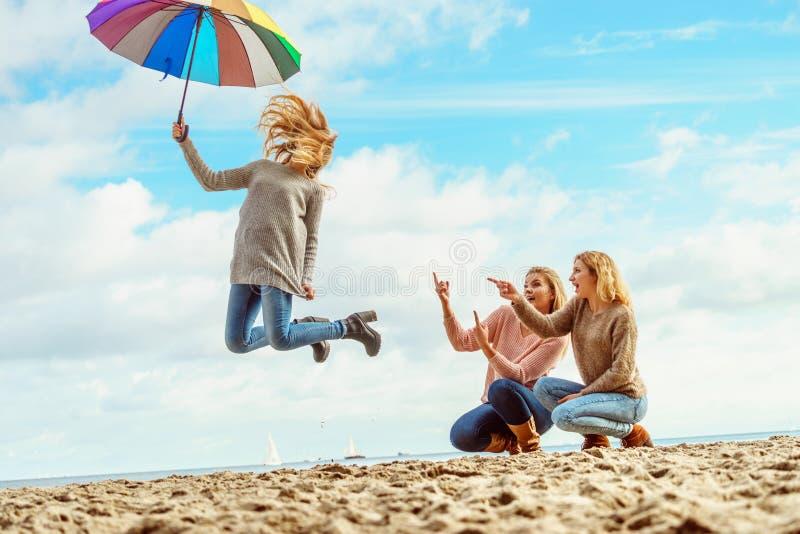 Vrouwen die met paraplu springen stock afbeelding