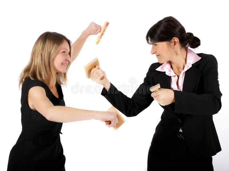 Vrouwen die met rubberzegels vechten stock afbeelding
