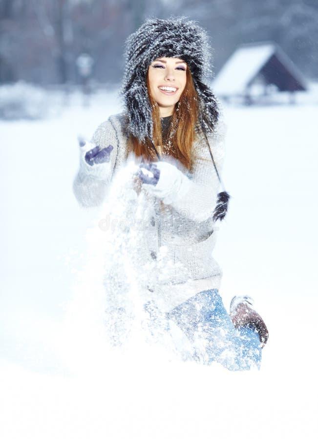 Vrouwen die met sneeuw in park spelen