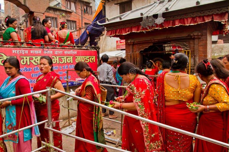 Vrouwen die met zegen bij Teej-festival, Durbar-Vierkant, K een rij vormen royalty-vrije stock fotografie