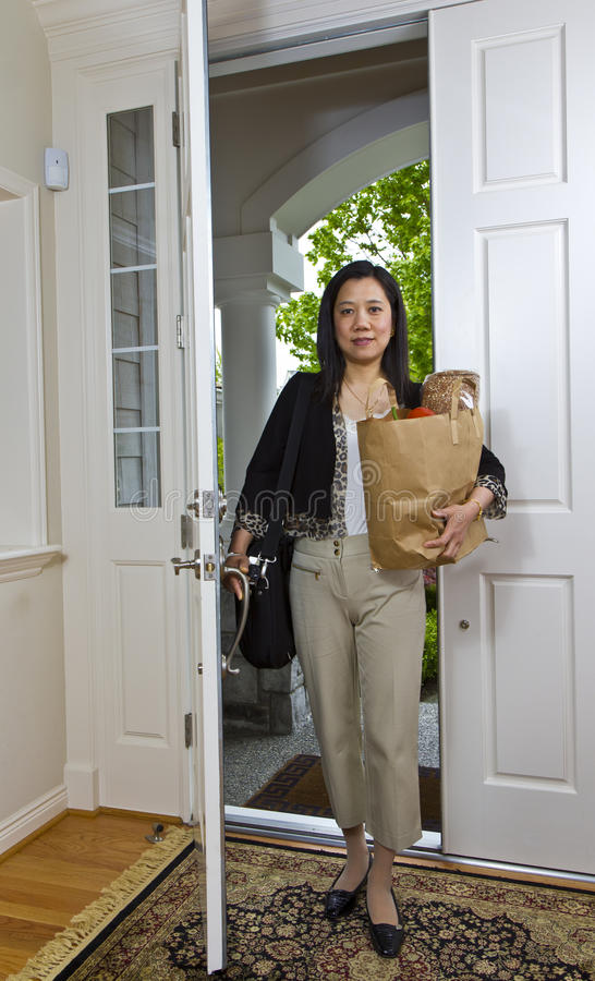 Vrouwen die naar huis komen stock afbeeldingen
