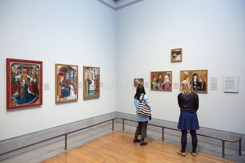 Vrouwen die National Galleryschilderijen bekijken in Londen stock foto's